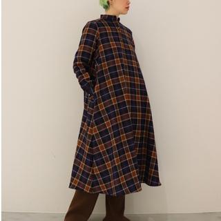 コモリ(COMOLI)のWOOL CHECK BAND COLLAR DRESS(ロングワンピース/マキシワンピース)