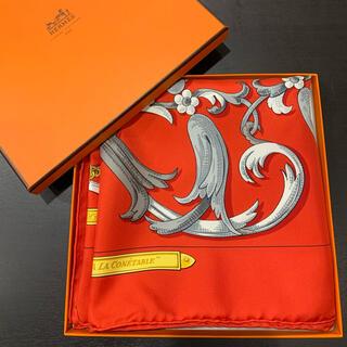 エルメス(Hermes)の未使用 定価5.7万 エルメス カレ90 レッド シルク 轡の気品 スカーフ 箱(バンダナ/スカーフ)