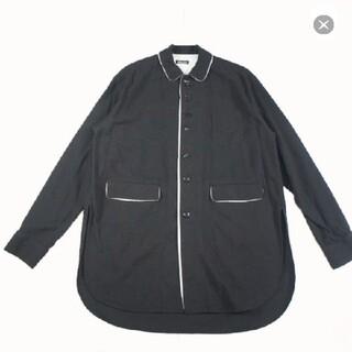 アンダーカバー(UNDERCOVER)のUndercoverismランダムボタンフキダシロングシャツ(シャツ)