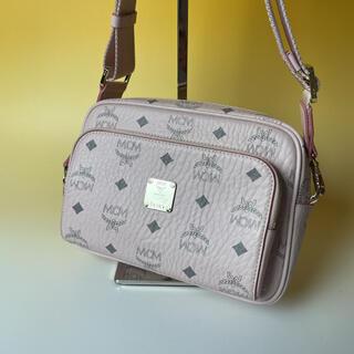 エムシーエム(MCM)のMCM 美品 ピンク クロスボディ ショルダーバッグ モノグラム ヴィセトス(ショルダーバッグ)
