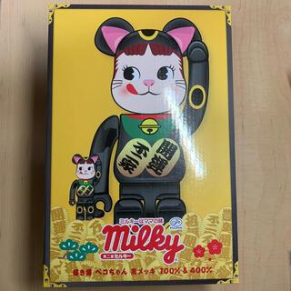 メディコムトイ(MEDICOM TOY)のBE@RBRICK 招き猫 ペコちゃん 黒メッキ 100% & 400%(フィギュア)