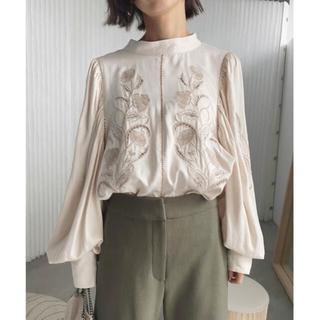 アメリヴィンテージ(Ameri VINTAGE)のAMERI LADY EMBROIDERY PUFF BLOUSE 刺繍ブラウス(シャツ/ブラウス(長袖/七分))