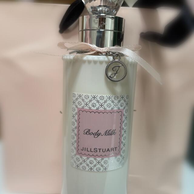 JILLSTUART(ジルスチュアート)のジルスチュアートボディミルク ホワイトフローラルの香り 250ml  コスメ/美容のボディケア(ボディローション/ミルク)の商品写真