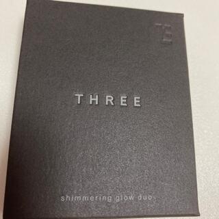THREE - シマリング グローデュオ 01