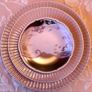 有田焼 しのぎ皿2段と鶴波柄皿の3段