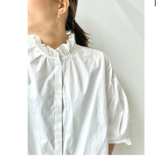 L'Appartement DEUXIEME CLASSE(アパルトモンドゥーズィエムクラス)のタグ付新品⭐️L'Appartement Stand Frill Blouse  レディースのトップス(シャツ/ブラウス(長袖/七分))の商品写真