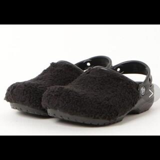 クロックス(crocs)のクロックス ボア サンダル Classic Fuzz Mania Clog 黒(サンダル)