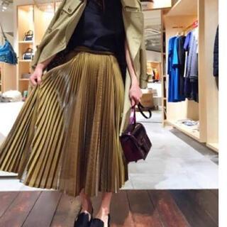 ハイク(HYKE)のakira nakaアキラナカのモードなサテンプリーツスカート(ひざ丈スカート)