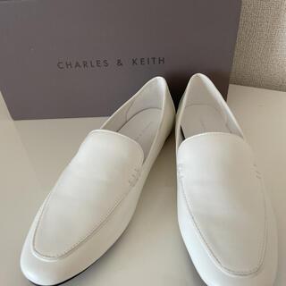 チャールズアンドキース(Charles and Keith)のCHARLES&KEITH ローファー/ホワイト(ローファー/革靴)