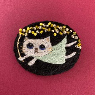 112  グレー猫さんのキラキラ刺繍ブローチ