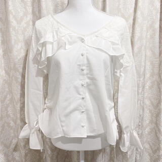 アクシーズファム(axes femme)の【新品】axes femme アクシーズファム ホワイト フリルデザインシャツ(シャツ/ブラウス(長袖/七分))