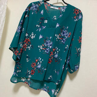 グレイル(GRL)のグレイル 花柄 トップス(シャツ/ブラウス(半袖/袖なし))