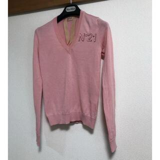 ヌメロヴェントゥーノ(N°21)の極美品 ヌメロ ヴェントゥーノ V首ニット 38 ワンポイント刺繍 ピンク色(ニット/セーター)