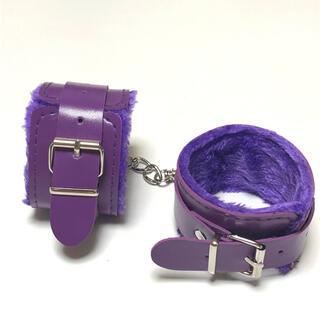 パープル 手錠 もこもこファー付き 手枷 コスプレアイテム ブレスレット(小道具)