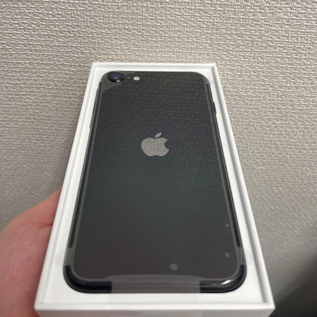 Apple(アップル)の田中太郎様専用⭐︎iPhone SE2 64GB ブラックとホワイト2台 スマホ/家電/カメラのスマートフォン/携帯電話(スマートフォン本体)の商品写真
