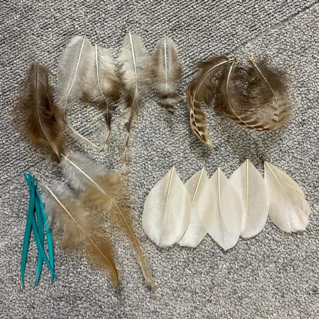 貴和製作所(キワセイサクジョ)の美品♡羽パーツ 19枚 カシメ付きあり! ピアス イヤリング 素材 貴和 ハンドメイドの素材/材料(各種パーツ)の商品写真