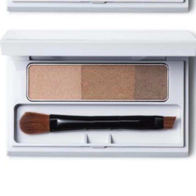 ORBIS(オルビス)の【新品】オルビス ブレンドアイブローコンパクト ナチュラルブラウン×1 コスメ/美容のベースメイク/化粧品(パウダーアイブロウ)の商品写真