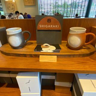 スターバックスコーヒー(Starbucks Coffee)のスターバックス 信楽焼 たぬき マグ 黒 赤 2個セット 甲賀水口店限定(マグカップ)