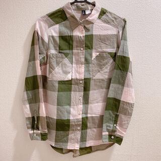 エイチアンドエム(H&M)のサーモンピンクモスグリーンチェックコットンポケット付きネル風シャツカッターシャツ(シャツ/ブラウス(長袖/七分))