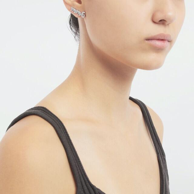 MM6(エムエムシックス)の【新品】 MM6 ロゴ スタッズ イヤリング gold 片耳 ¥18,700 レディースのアクセサリー(ピアス)の商品写真