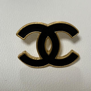 シャネル(CHANEL)のシャネル ヴィンテージ ブローチ 2002年 ブラック ゴールド(コサージュ/ブローチ)