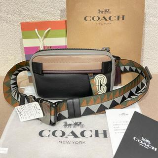 コーチ(COACH)の新品タグ付きコーチのミニエッジボディバッグ幾何学柄ベルト(ボディーバッグ)