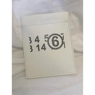 オフホワイト(OFF-WHITE)のオフホワイト ロゴ コイン ケースMM6 人気コンパクトマルジェラ(コインケース/小銭入れ)