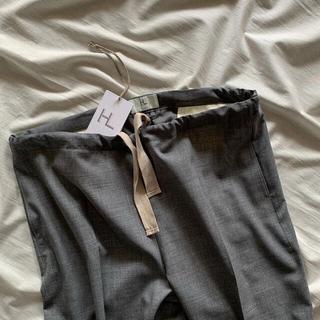 コモリ(COMOLI)のHERILL WOOL TROPICAL EASY PANTS(スラックス)