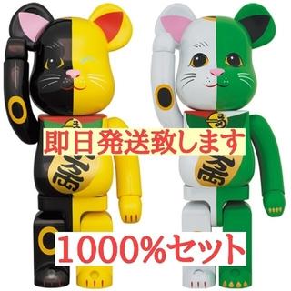 MEDICOM TOY - BE@RBRICK 招き猫 白×緑 1000%/黒×黄 1000% ベアブリック