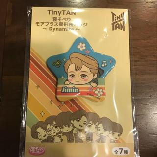 セガ(SEGA)のBTS  TinyTAN 寝そべり モアプラス星形缶バッジ〜Dynamite〜(K-POP/アジア)
