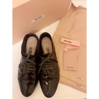 ミュウミュウ(miumiu)のMIUMIU ローファー エナメル 黒 35(ローファー/革靴)
