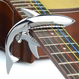 ギターカポタスト サメ形 ばね式 メタルシルバー(アコースティックギター)