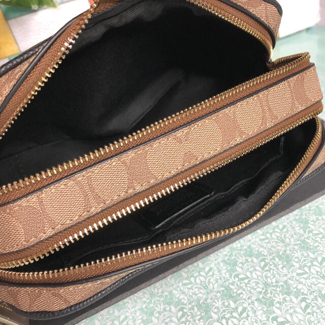 COACH(コーチ)のCOACH コーチ ショルダーバック シグネチャー ブラウンマルチ 新品未使用 レディースのバッグ(ショルダーバッグ)の商品写真