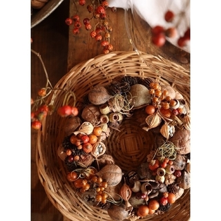 秋支度。赤い実とくるみ。ごろっと木の実のリース。ドライフラワーリース。ハロウィン(リース)