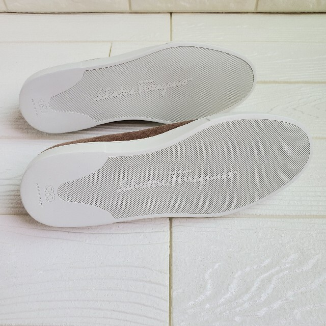 Salvatore Ferragamo(サルヴァトーレフェラガモ)のサルヴァトーレ・フェラガモ フラットシューズ ヴァラ・リボン スエード 未使用 レディースの靴/シューズ(スニーカー)の商品写真