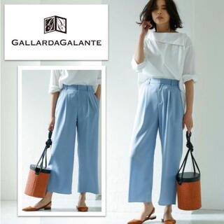 ガリャルダガランテ(GALLARDA GALANTE)のさらっとキュプラとろみ微光沢サテンタックワイドパンツ サックスブルー(カジュアルパンツ)