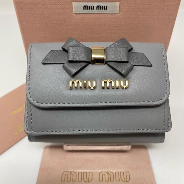miumiu(ミュウミュウ)の新品☺︎MIUMIU ミュウミュウ 三つ折り財布 ミニ グレー リボン ゴールド レディースのファッション小物(財布)の商品写真