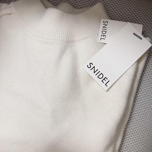 snidel(スナイデル)のSNIDEL スナイデル コールドショルダーニットプルオーバー オフホワイト レディースのトップス(ニット/セーター)の商品写真