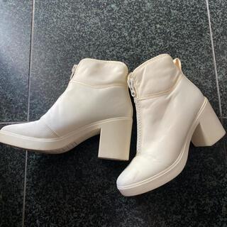 ユニクロ(UNIQLO)のUNIQLO U ナイロンブーツ 生成りカラー 23cm(ブーツ)