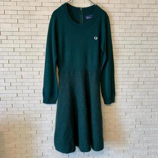 フレッドペリー(FRED PERRY)のフレッドペリー ニットワンピース グリーン アンゴラ混 フレアスカート ロゴ刺繍(ひざ丈ワンピース)