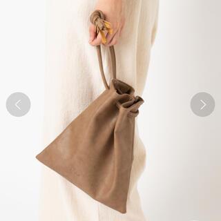 カスタネ(Kastane)のKastane 巾着フリンジミニバッグ ブラウン ベージュ(ハンドバッグ)