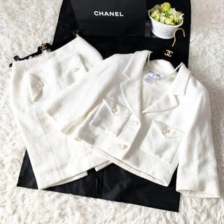 シャネル(CHANEL)の美品 CHANEL シャネル coco ツイード ホワイト スーツ パールボタン(スーツ)