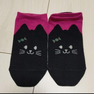 クツシタヤ(靴下屋)のTabio スニーカー用ソックスねこ 黒×ピンク 18cm(靴下/タイツ)