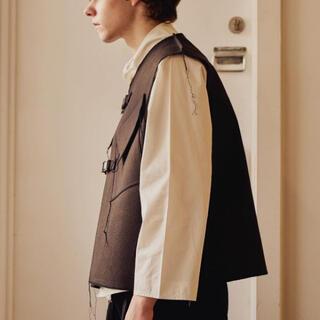 コモリ(COMOLI)のpapermen ペーパーメン buckle vest(ベスト)