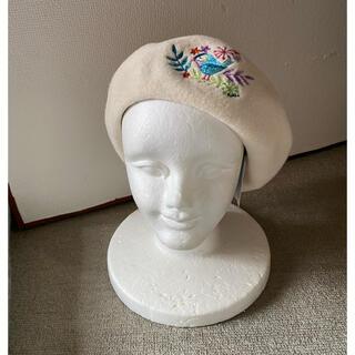 フルラ(Furla)の新品未使用フルラベレー帽生成り刺繍入りサイズフリー調整付き(ハンチング/ベレー帽)