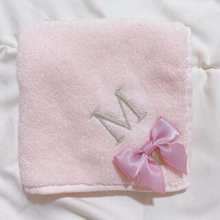 Maison de FLEUR - タオルハンカチ ハンドタオル ピンク イニシャル M リボン 可愛い