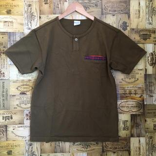 コロンビア(Columbia)のコロンビア Tシャツ スナップボタン ヘンリーネック ネイティブ柄 カーキ(Tシャツ/カットソー(半袖/袖なし))