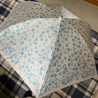 ランバンオンブルー(LANVIN en Bleu)の新品未使用ランバンオンブルーのコンパクト雨傘 軽量ミニ白にブルーの花柄(傘)