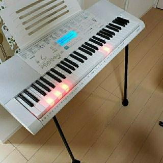 カシオ(CASIO)の【美品】CASIO 光ナビゲーションキーボード LK-223 スタンド付き(キーボード/シンセサイザー)