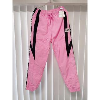 フィラ(FILA)の定価2万 タグ付き FR2 梅限定 ピンク FILAコラボ パンツ シャカシャカ(カジュアルパンツ)